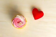 Corazón rojo en el regalo de madera para el día de tarjeta del día de San Valentín Fotografía de archivo libre de regalías