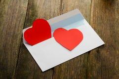 Corazón rojo en el sobre de papel Fotos de archivo