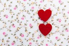 Corazón rojo en fondo de la flor Imagen de archivo libre de regalías