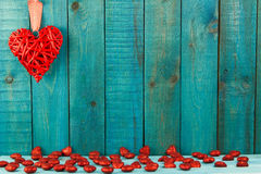 Corazón rojo en fondo de madera Imagen de archivo libre de regalías