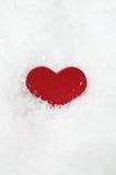 Corazón rojo en Frosty White Snow Imagen de archivo
