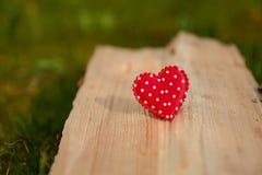 Corazón rojo en la madera imagenes de archivo