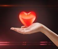 Corazón rojo en la mano de una mujer foto de archivo libre de regalías