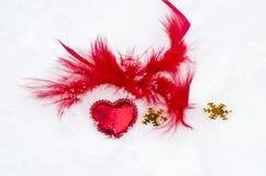 Corazón rojo en la nieve blanca Foto de archivo