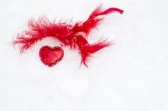 Corazón rojo en la nieve blanca Foto de archivo libre de regalías