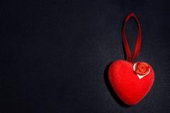 Corazón rojo en la oscuridad fotos de archivo