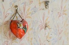 Corazón rojo en la pared imagen de archivo libre de regalías