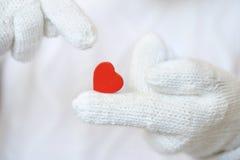 Corazón rojo en los guantes blancos Imagen de archivo