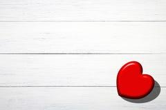 Corazón rojo en los tableros blancos Fotos de archivo