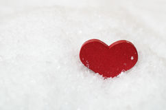 Corazón rojo en nieve Imagen de archivo libre de regalías