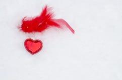 Corazón rojo en nieve Fotografía de archivo libre de regalías