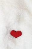 Corazón rojo en nieve desde arriba Fotos de archivo libres de regalías