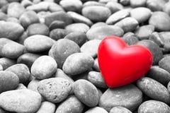Corazón rojo en piedras del guijarro Imagen de archivo libre de regalías