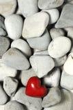 Corazón rojo en piedras del guijarro, aún vida Día de tarjetas del día de San Valentín y fondo de los amantes Fotos de archivo libres de regalías