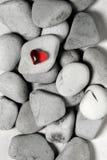 Corazón rojo en piedras del guijarro, aún vida Día de tarjetas del día de San Valentín y fondo de los amantes Fotografía de archivo