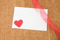 Corazón rojo en tarjeta Fotografía de archivo libre de regalías
