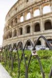 Corazón rojo en un candado delante del Colosseum en Roma Imagen de archivo libre de regalías