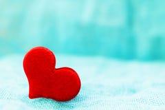 Corazón rojo en un día del ` s de la tarjeta del día de San Valentín del St del fondo de la turquesa Fotografía de archivo