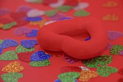 Corazón rojo en un fondo rojo Fotografía de archivo libre de regalías