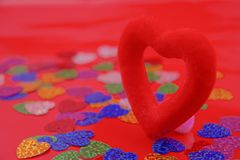 Corazón rojo en un fondo rojo, amor, día de tarjetas del día de San Valentín, Foto de archivo libre de regalías