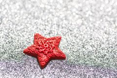 Corazón rojo en un fondo brillante plateado similar al hielo Tarjeta festiva por el Año Nuevo y la Navidad, imagen de archivo