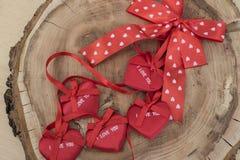 Corazón rojo en un fondo de madera Imagen de archivo libre de regalías