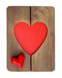 Corazón rojo en un marco de madera Imagenes de archivo