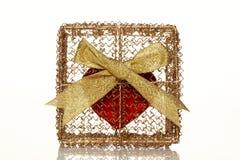 Corazón rojo en un rectángulo de regalo de oro fotos de archivo