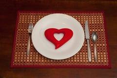 Corazón rojo en una placa blanca Foto de archivo