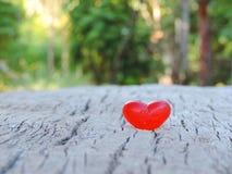 Corazón rojo, fondo de la tarjeta del día de San Valentín Imagen de archivo libre de regalías