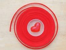 Corazón rojo, fondo de la tarjeta del día de San Valentín Fotos de archivo