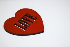Corazón rojo grande con el amor de la inscripción Fotos de archivo
