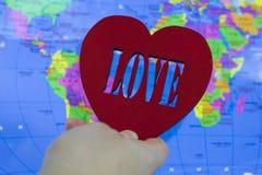 Corazón rojo grande en un mapa del fondo de la tierra Fotos de archivo libres de regalías