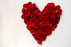 Corazón rojo hecho de pétalos color de rosa Foto de archivo libre de regalías