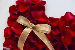 Corazón rojo hecho de pétalos color de rosa Fotografía de archivo