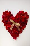 Corazón rojo hecho de pétalos color de rosa Imagen de archivo libre de regalías