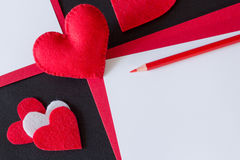 Corazón rojo hecho del fieltro, papel rojo Fotos de archivo