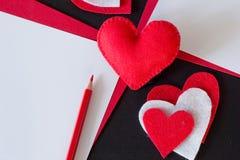 Corazón rojo hecho del fieltro, papel rojo Imágenes de archivo libres de regalías
