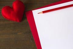Corazón rojo hecho del papel del fieltro Fotos de archivo libres de regalías