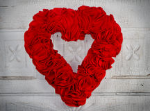 Corazón rojo hecho a mano en fondo de la vendimia Imagen de archivo