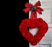 Corazón rojo hecho a mano en puerta de la vendimia Imagen de archivo