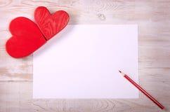 Corazón rojo Mensaje del día de tarjetas del día de San Valentín Lápiz en la tabla imagen de archivo libre de regalías
