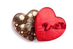 Corazón rojo por completo de chocolates en blanco Imagen de archivo libre de regalías