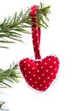 Corazón rojo punteado rojo de la Navidad hecha a mano aislado foto de archivo