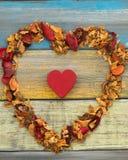 Corazón rojo y corazón del popurrí grande en un fondo de madera Imagen de archivo