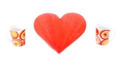 Corazón rojo y dos tazas foto de archivo libre de regalías