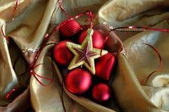 Corazón rojo y fondo de oro de la Navidad de la estrella Foto de archivo libre de regalías