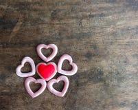 Corazón rojo y rosado del día de tarjetas del día de San Valentín en el fondo de madera, estafa del amor Imagenes de archivo
