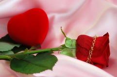 Corazón rojo y Rose roja Imagenes de archivo