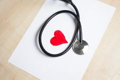 Corazón rojo y un estetoscopio Imágenes de archivo libres de regalías